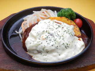 Grillマッシュ - ふっくらハンバーグ タルタルソース デミグラスの濃厚な旨味とタルタルソースのハーモニー