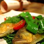オリーブオイルでじっくり低温調理した愛知県産アユのカリッと焼き、香草と加賀太キュウリのソースで