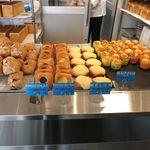 角食LABO - 店内パン棚1