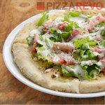 ピザレボ - アボカドのサラダピザ