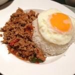 ヒジョビンタン  - 鶏肉バジル炒め玉子のせご飯  ホーリーバジルはどこ? 味付けは悪くないのだけれど。