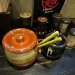 ラーメン HanaHana - 替え玉のたれ、ぎょうざのたれ、ラー油、紅生姜、ゴマ