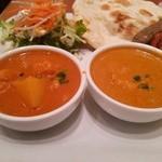 アマラ - 野菜カレー(左)、チキンカレー(右)