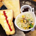万丸 那覇泉崎店 - たまごトーストセット。                             これが人気のようでした。                             トーストにゆで玉子ペースト・サラダ・小倉餡・ドリンクのセットです。