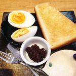 万丸 那覇泉崎店 - ゆで卵と小倉トーストセット。                             食欲がない朝でも食べられちゃう蛋白質&糖質セット♪
