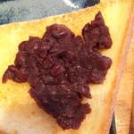 万丸 那覇泉崎店 - バタートースト&小豆餡。ジュワッとバターがしみ出るトーストに小倉餡の優しい甘味がぴったり合います。