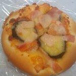 PAIN D'OR - 「ナスとトマトのピザ」160円くらい。ナスがジューシーでうまかった。トマトもざくざく切って入ってて嬉しい。