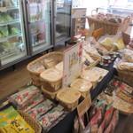 オーガニック広場 ひふみ - 随所に麻、竹、竹炭、天然木等が配置された身体に優しい店内にはところ狭しとオーガニックライフに役立つ商品が並んでまいした。