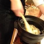 Gotto - 女性店員さんがまぜてくれます~名物!鯛めしを土鍋で(2~3人前):1380円