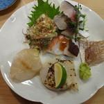 27965668 - 造り:しめ鯖(刺身と炙り)、アジのタタキ、生タコ梅肉ぞえ、春子鯛(カスゴダイ)、ヒラメ、平貝