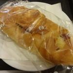 カフェ・ベローチェ - 3種のチーズクロワッサン:140円 (2014/6)