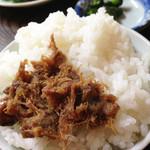 山田水車屋 - てびち汁定食のご飯です。 ちょい大盛り仕様で、油味噌(アンダースー・豚肉入りの甘味噌ペースト)が添えられてきます。