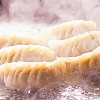 上海ブギのアツアツ餃子!大人数なら大皿餃子40個!