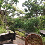 ギャルリー・ラコンテ - お庭を眺めながら、お食事ができますよ。