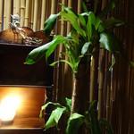 こなから - 個室は竹で仕切られています。