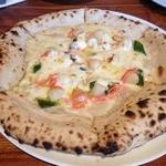 ロザルバ - 本日のチョイスピッツァセット「小柱とスナップエンドウと明太子のクリームソース」(1500円)のピッツァ