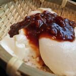27981809 - 汲み出しざる豆腐(名古屋コーチンそぼろの八丁味噌かけ)