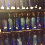 居酒屋久茂地 - キープボトル棚には泡盛のキレイなブルーのガラス瓶が並んでます。 沖縄らしいですね。