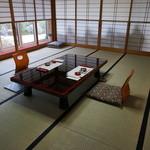 稲庭うどん処 佐藤養助 養心館 - 室内から日本庭園が見えます。