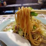 萬里 - 特徴的な太い蒸し麺が美味い