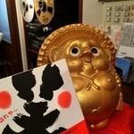 やろく - 内観写真:金運呼ぶ金狸