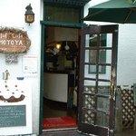 ブラフ・カフェ・モトヤ - 建物は築50年ほどのもの