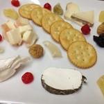 オステリアアルバ - イタリア産のチーズ  ドライフルーツと共に!