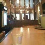 28005314 - カウンタから見た入口付近のテーブル お客は結構入ってます