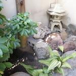 割烹 大力 - 入り口手前の小さな庭