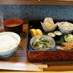割烹 大力 - 本日のお昼の定食880円の全景です、ご飯はお替りできます、豪華でしょ
