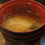 割烹 大力 - わかめ、玉ねぎの味噌汁、良いお出汁です