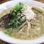 堤飯店 - ラーメン500円。                             メニューには『あっさり鶏ガラ醤油スープ』と書いてあります。積雪が印象的♪