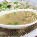 堤飯店 - スープはコクがあるのにアッサリした鶏ガラです。醤油味は控えめ。