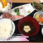 kokochi ダイニング 風琉里(ふるさと) - 日替わりランチ一例 刺身定食(\650+\350島フルーツとドリンク付き)