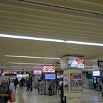 28019657 - 市川駅は、都内で近場な駅の小岩駅や新小岩駅よりも広々としている様に感じ
