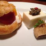 バール&ビストロ ポンレヴェック - 豆腐の上のアンチョビとナントカ・・・手前はイチジク