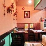 チャミヤラキッチン - 店内のテーブル席の風景です