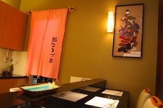 鮨 こうづま - 店内スッキリL字カウンター奥に座敷ひと間