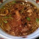 京屋 - いんちきそばのつけ汁は揚げ玉、豚肉、ネギ、三つ葉が入って温かいもの
