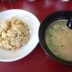 八福神 - 大きさ比較 セットの炒飯はフルサイズに近い