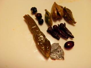 ナスコ フード コート - ビリヤニの中の香辛料たち。君たちのお名前は?