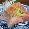 丸 - 料理写真:おまかせ刺し盛り 650円 イサキ、アゴ、ハマチズリ、サーモン、カンパチと多品種♪