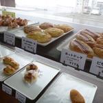 プチ・トリフ 山屋 - 店内のパン達