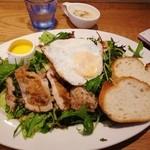 ザ タイムズ カフェ - オーガニック野菜とチキンのサラダランチ