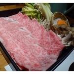 西新初喜 - お料理は「黒毛和牛 すき鍋ランチ (特選) 3,400円 」を頂きました。 これは黒毛和牛とお野菜のセット(1人前)。お肉お野菜共に十分な量です。