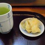 さかな道場 明石 - ランチのお茶とお新香