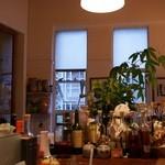 イルベッカフィーコ - カウンターより窓を眺めて