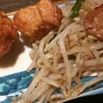 もつ福 - 鶏唐揚げとモヤシ炒め