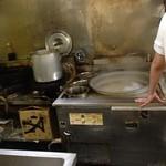 八兆 - 大釜が煮えたぎってます。左が揚げ鍋