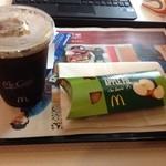 マクドナルド - 暑いのでアイス珈琲とホットアップルパイ。 ( ̄▽ ̄)